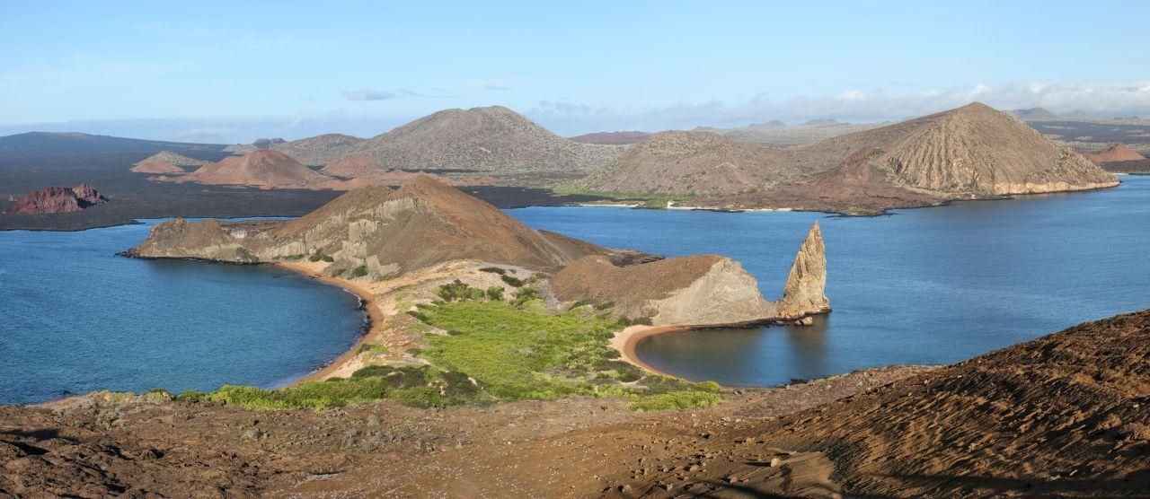 """Blick von der Galapagos-Insel St. Cristobal auf die berühmte Felsennadel """"Pinnacle Rock"""". Seit 1979 gehört die Inselgruppe zum Unesco-Weltnaturerbe."""
