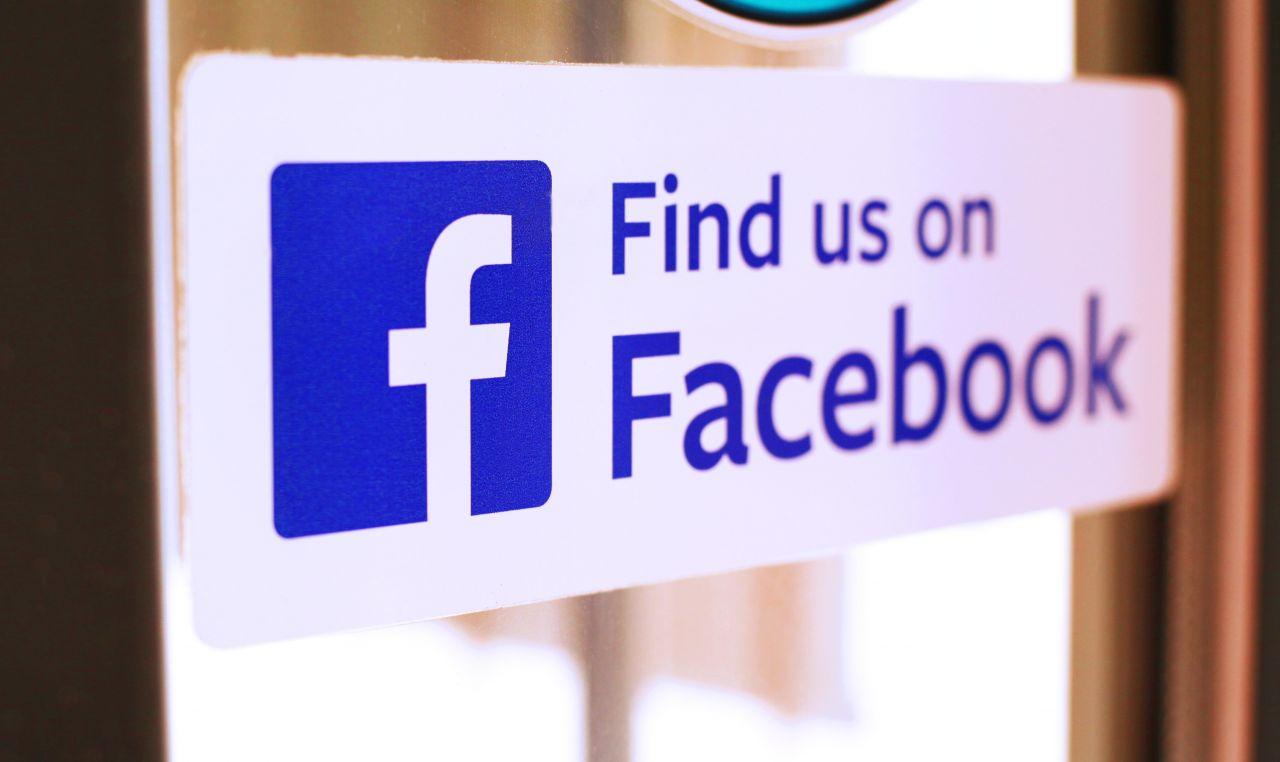 """""""Find us on Facebook"""" steht an der Tür eines kleinen Unternehmens in Österreich."""