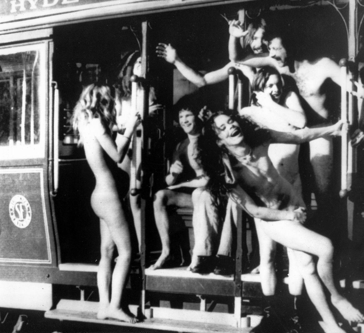 Nackte Hippies in einem Bus in San Francisco