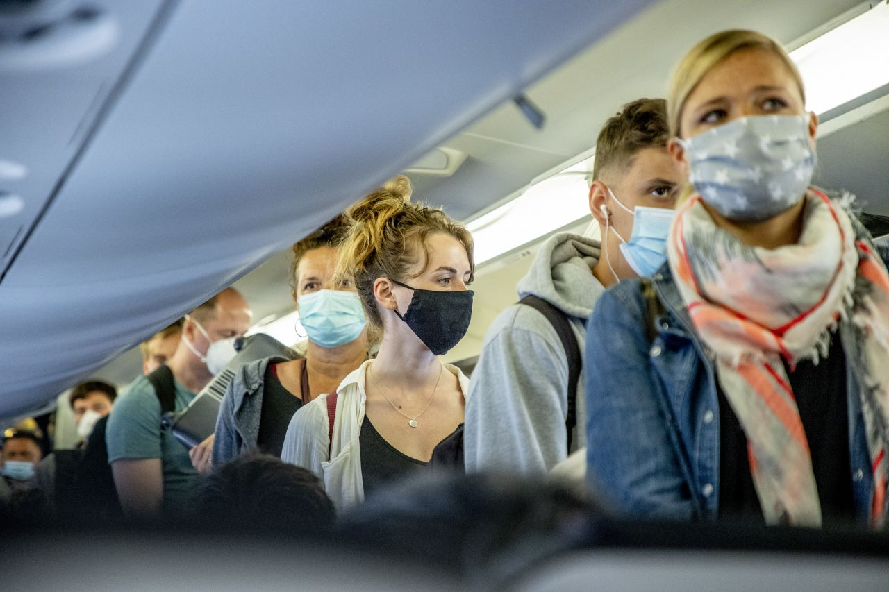 In der Flugzeug-Kabine ist es nahezu unmöglich, den Mindestabstand von 1,5 Metern einzuhalten.