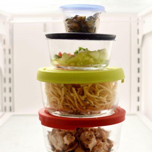 Tupperdosen mit Lebensmitteln im Kühlschrank