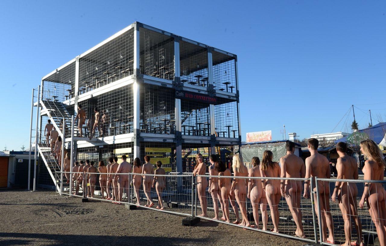 Aktionskunst Wolfgang Flatz: Nackte Menschen in Käfig