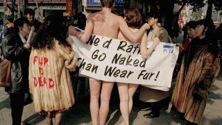 Zwei nackte Peta-Demonstranten marschieren durch Tokyo