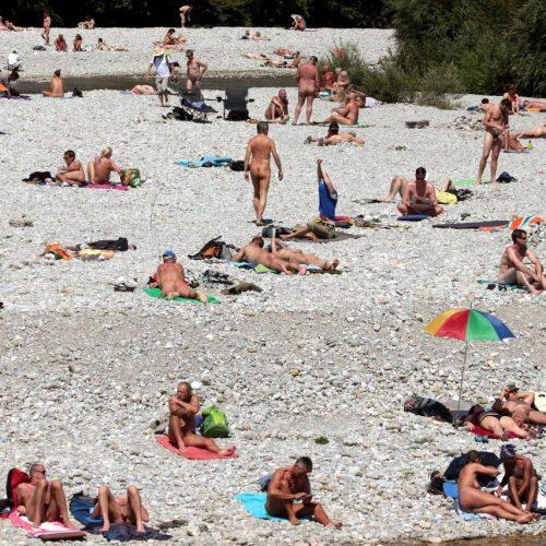 An dem FKK-Strand in München tummeln sich bei heißem Wetter viele Nudisten.