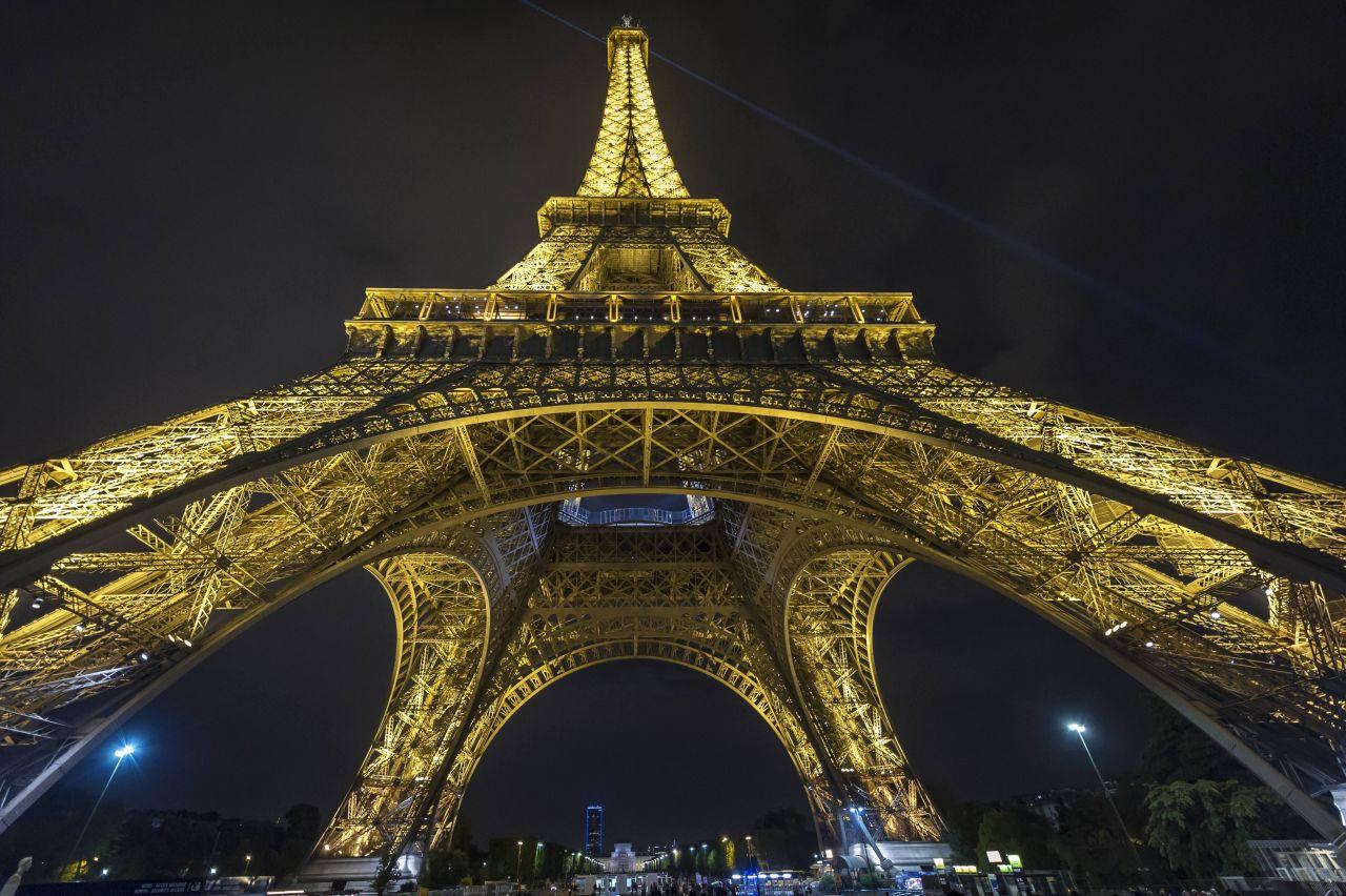 Der Eiffelturm bei Nacht angeleuchtet.