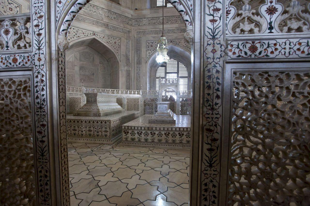 Das Marmor-Mausoleum im Inneren des Taj Mahal.