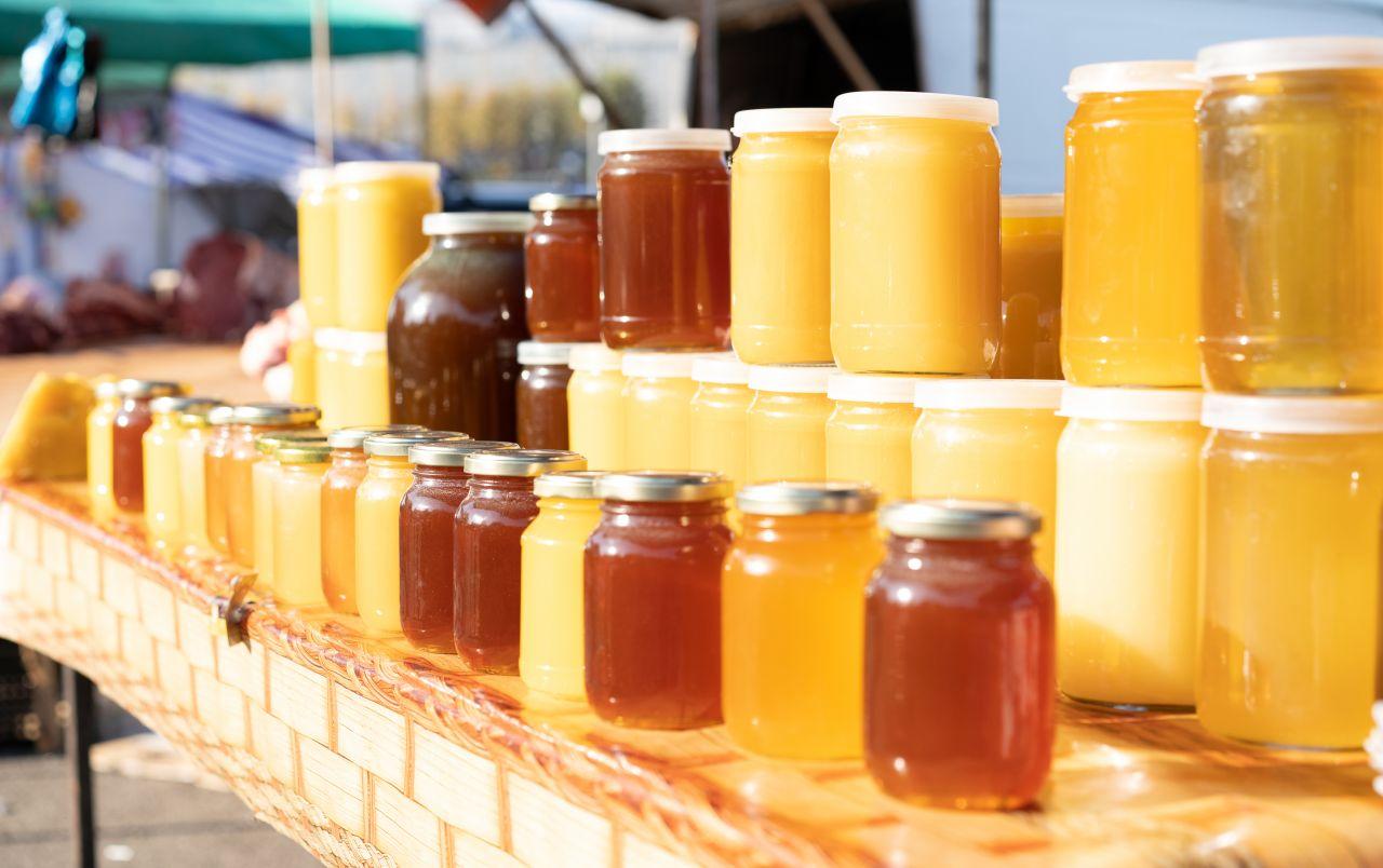 Mehrere Honiggläser nebeneinander
