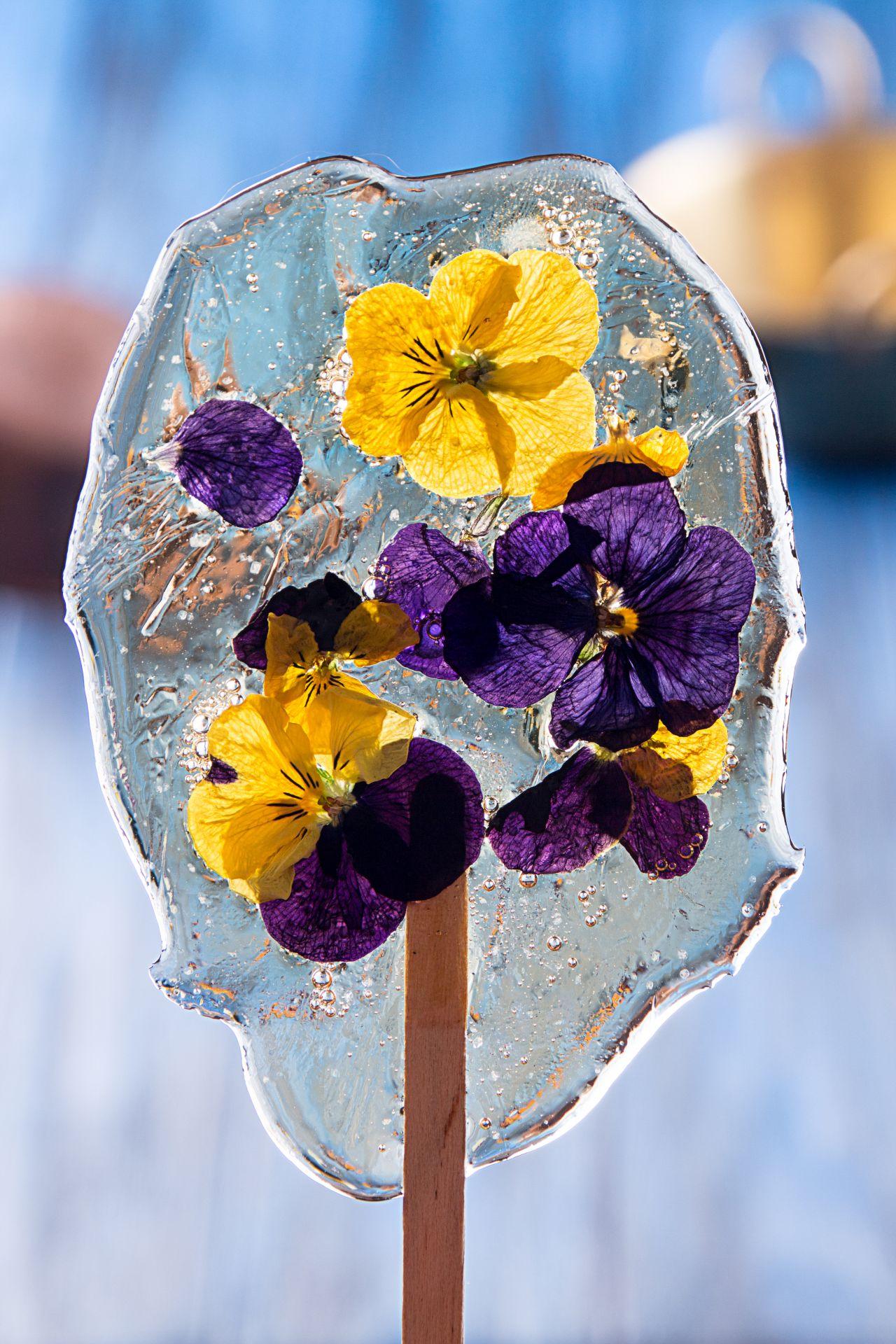 Ein transparenter Lollipop mit Blumenverziehrung.