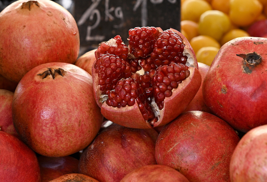 Bei diesem Obst besteht der essbare Teil fast ausschließlich aus Samen: Granatäpfel-Kerne gelten als Anti-Aging-Mittel und sind voller Vitamine und zellschützender Pflanzenstoffe.