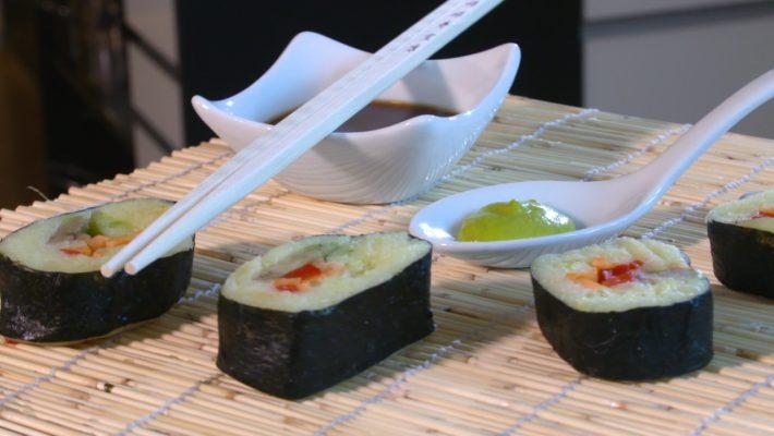 Sushi kann auch mit Kartoffeln zusammengestellt werden.