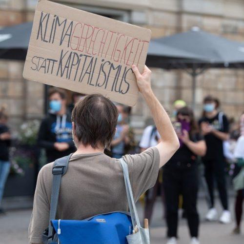 """Deutschland bekommt ein Lobbyregister. Was bedeutet und beinhaltet das genau? Wieso steht Lobbyismus überhaupt so in der Kritik? Im Bild: Teilnehmer einer Aktion der Klimabewegung """"Fridays For Future""""."""