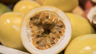 Maracuja isst du am besten, indem du sie halbierst und die Kerne samt Fruchtfleisch herauslöffelst. Ein leicht saurer, fruchtiger Genuss voller Vitamine.