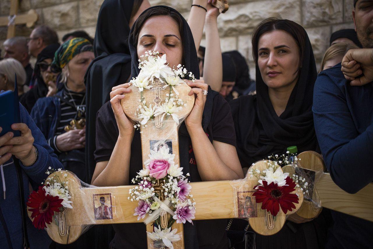 Orthodoxe Christin bei Karfreitagsprozession in Jerusalem