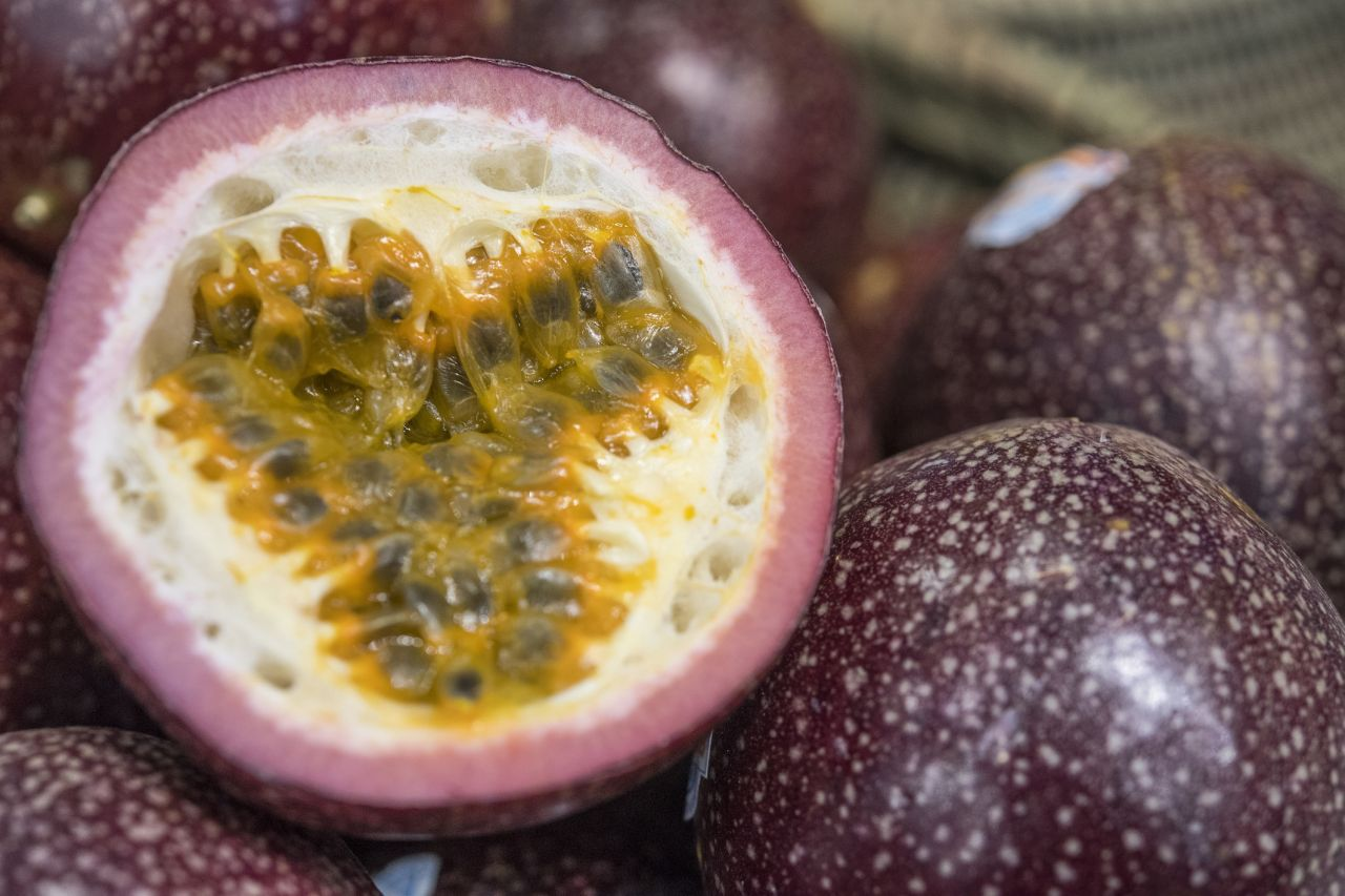 Das gleiche gilt für die mit der Maracuja verwandte Passionsfrucht. Die kannst du übrigens auch noch unbesorgt auslöffeln, wenn ihre Hülle schrumpelig ist.