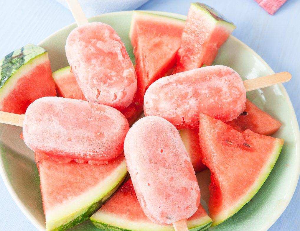 Selbstgemachtes Wassermelonen-Eis am Stiel