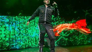 Die Adidas Human Race NMD Pharrell x Chanel, die der Sänger J Barin auf einem Konzert trägt.