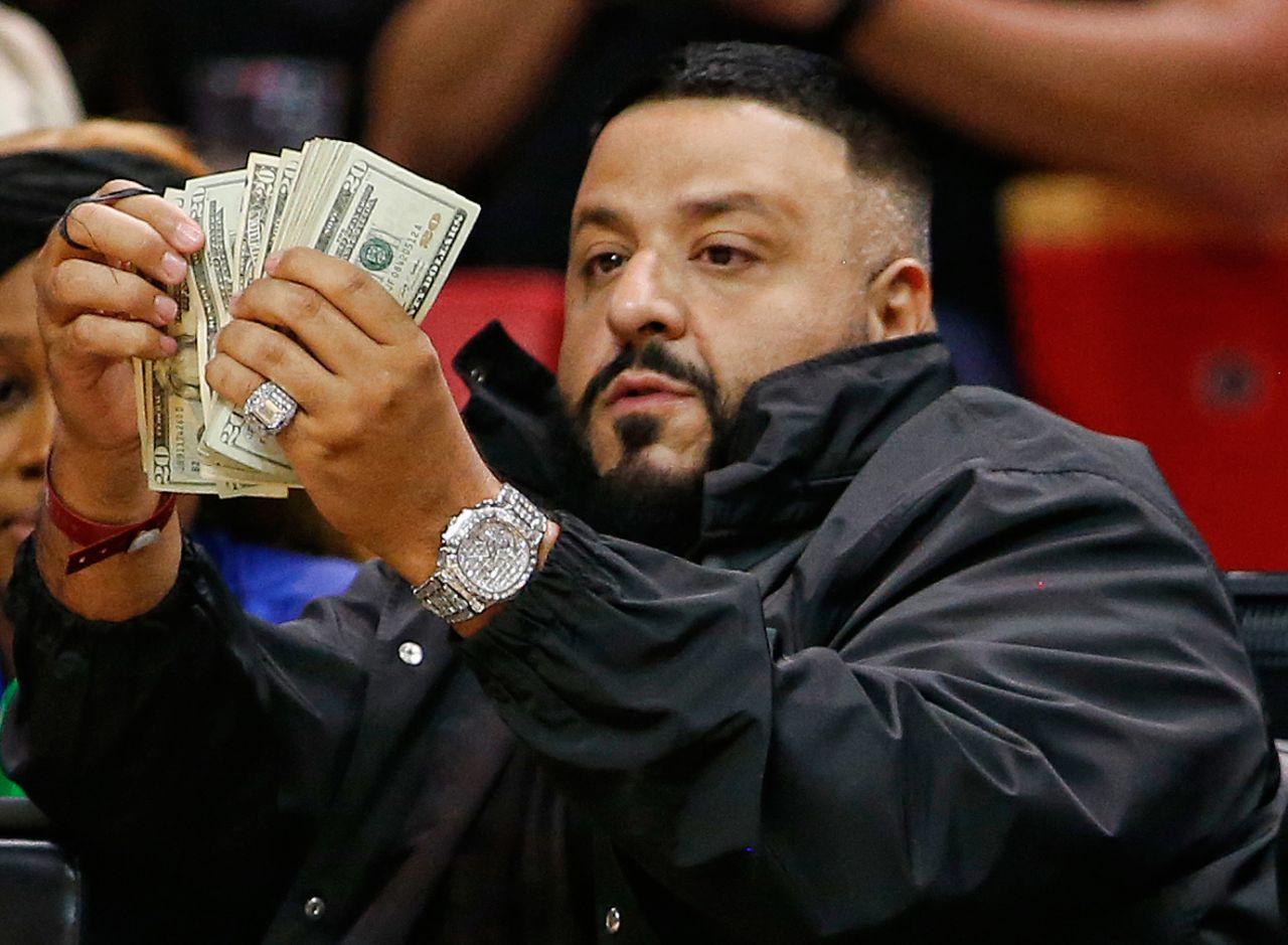 DJ Khaled bei einem Basketballspiel.