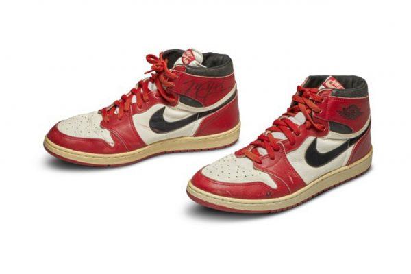Die originalen Nike Air Jordan 1 aus dem Jahr 1985 mit Unterschrift von Michael Jordan: die teuersten Sneaker aller Zeiten.