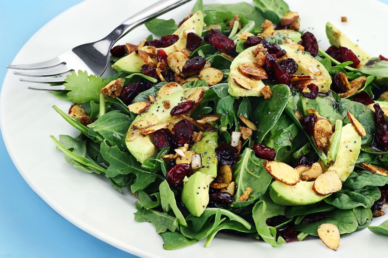 Salat mit Mandelplättchen und Avocado
