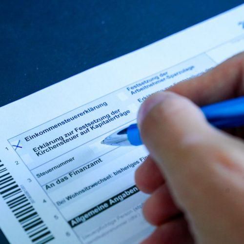 Eine Steuererklärung wird gerade ausgefüllt.