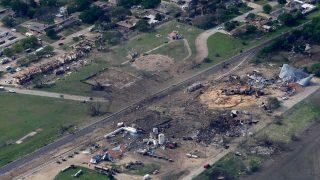 2013, Texas: Auch West Fertilizer, eine Düngemittelfabrik in Texas, wurde von einer Explosion mit Ammoniumnitrat als Unglücksursache zerstört. Satellitenbilder zeigen das Ausmaß der Zerstörung. 15 Menschen starben.