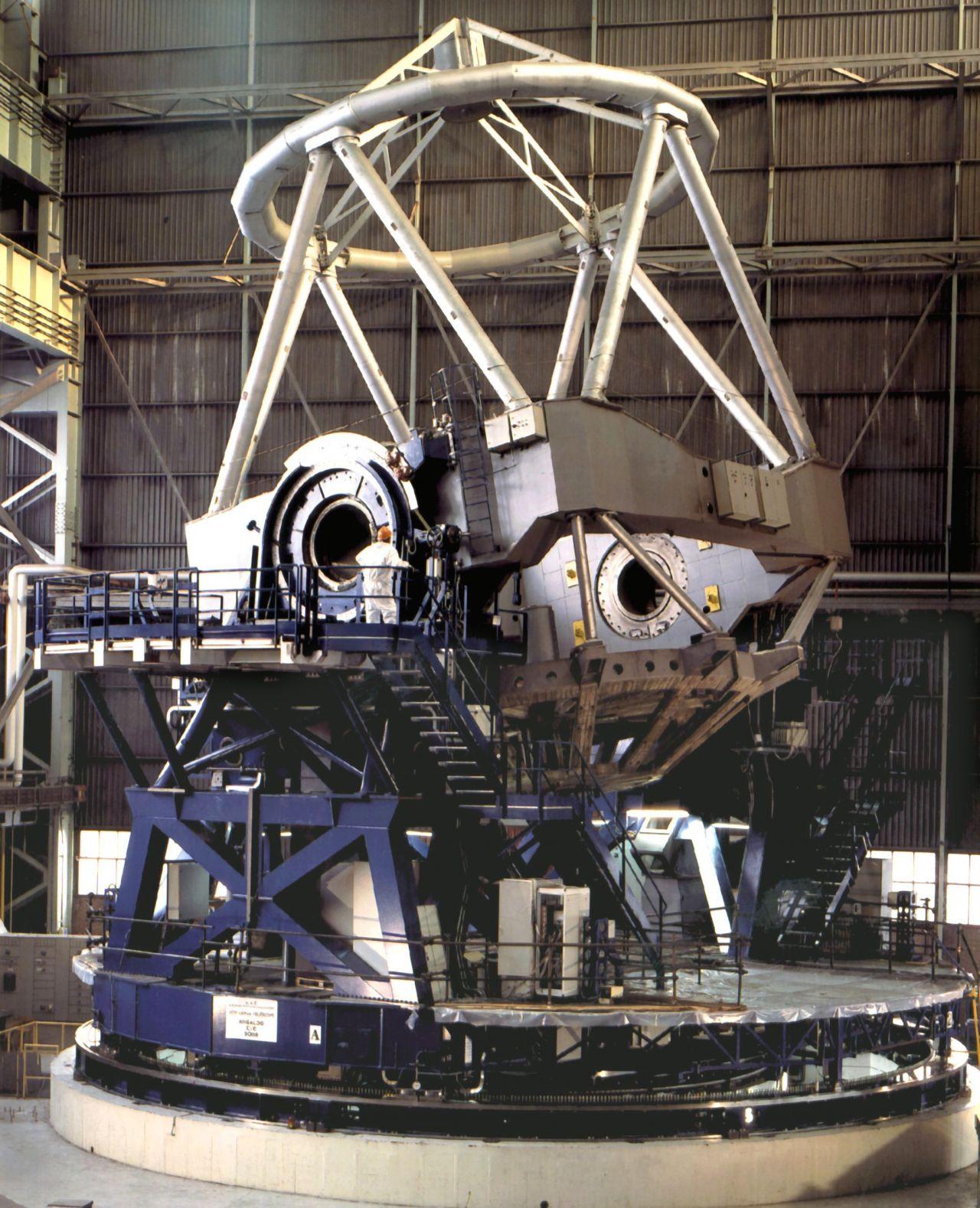 """Das """"Very Large Telescope"""" hat einen Hauptspiegeldurchmesser von 8,2 Meter und eine Spiegelfläche von 53 Quadratmeter. Es steht auf dem 2632 Meter hohen Berg Paranal in der chilenischen Atacama-Wüste."""