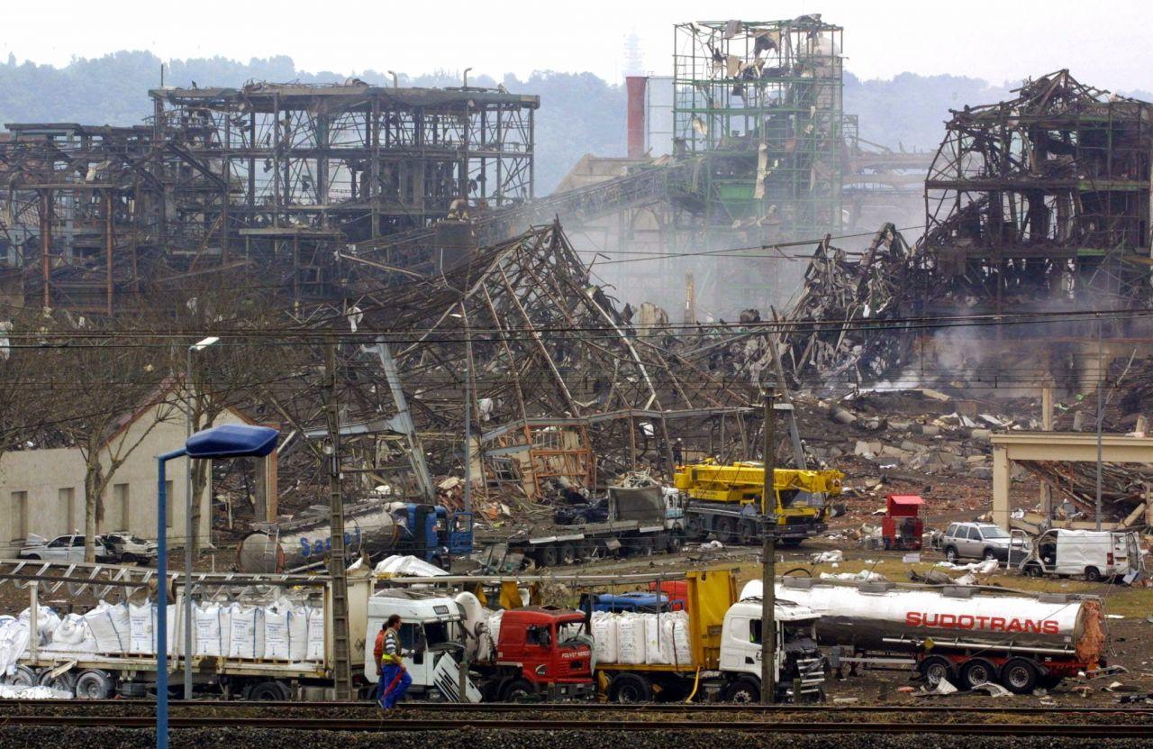 2001, Toulouse: Bei einer Explosion einer Halle einer Düngemittelfabrik im französischen Toulouse starben 31 Menschen.