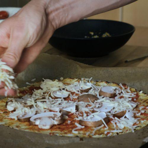 Protein-Pizza aus Maiswaffeln, Blumenkohl oder Thunfisch - wir haben alle 3 Varianten für dich getestet.
