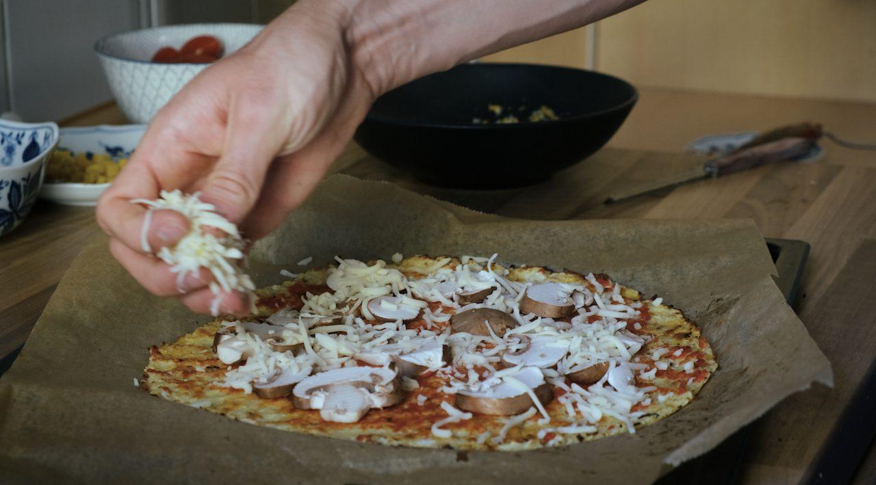 Pizza wird belegt