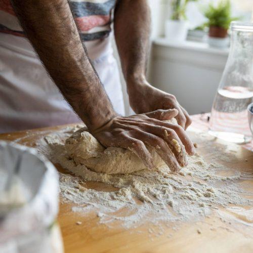 Mann backt Brot selbst