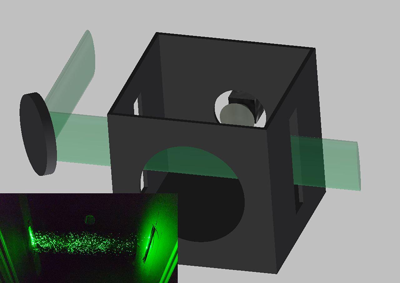 Aufbau der Versuchs-Box: Vorne befindet sich ein Loch, in das gesprochen wird. Hinten ist die Handy-Kamera platziert. Ein Laserstrahl wird vertikal durch eine Zylinderlinse gebrochen und durch Schlitze ins Gehäuse gestrahlt.