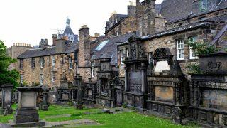 Der Friedhof Greyfriars Kirkyard liegt mitten in Edinburgh.