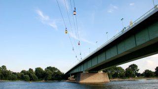 Die Kölner Seilbahn verbindet die beiden Flussufer zwischen Zoo und Rheinpark.