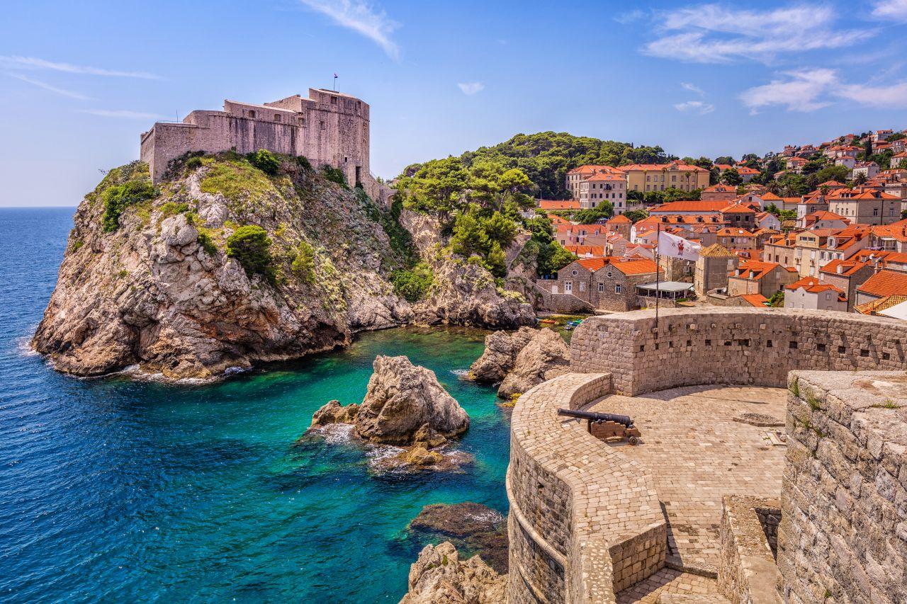 Die Küstenstadt Dubrovnik liegt im Süden Kroatiens an der Adria.