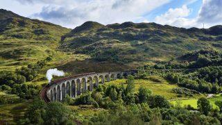 """Der Jacobite Steam Train alias """"Hogwarts Express"""" fährt in Schottland von Fort William nach Mallaig."""