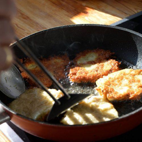 Kartoffelpuffer mit Apfelmus lieben nicht nur Kinder, sondern auch unser Profi-Koch. Er zeigt und sein Rezept für den Klassiker.