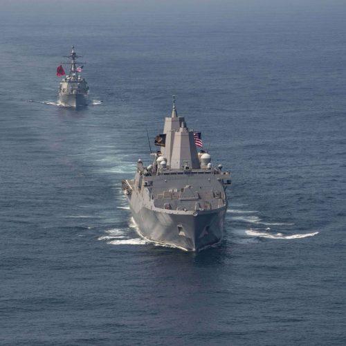 Schiffe des Militärs auf dem Meer