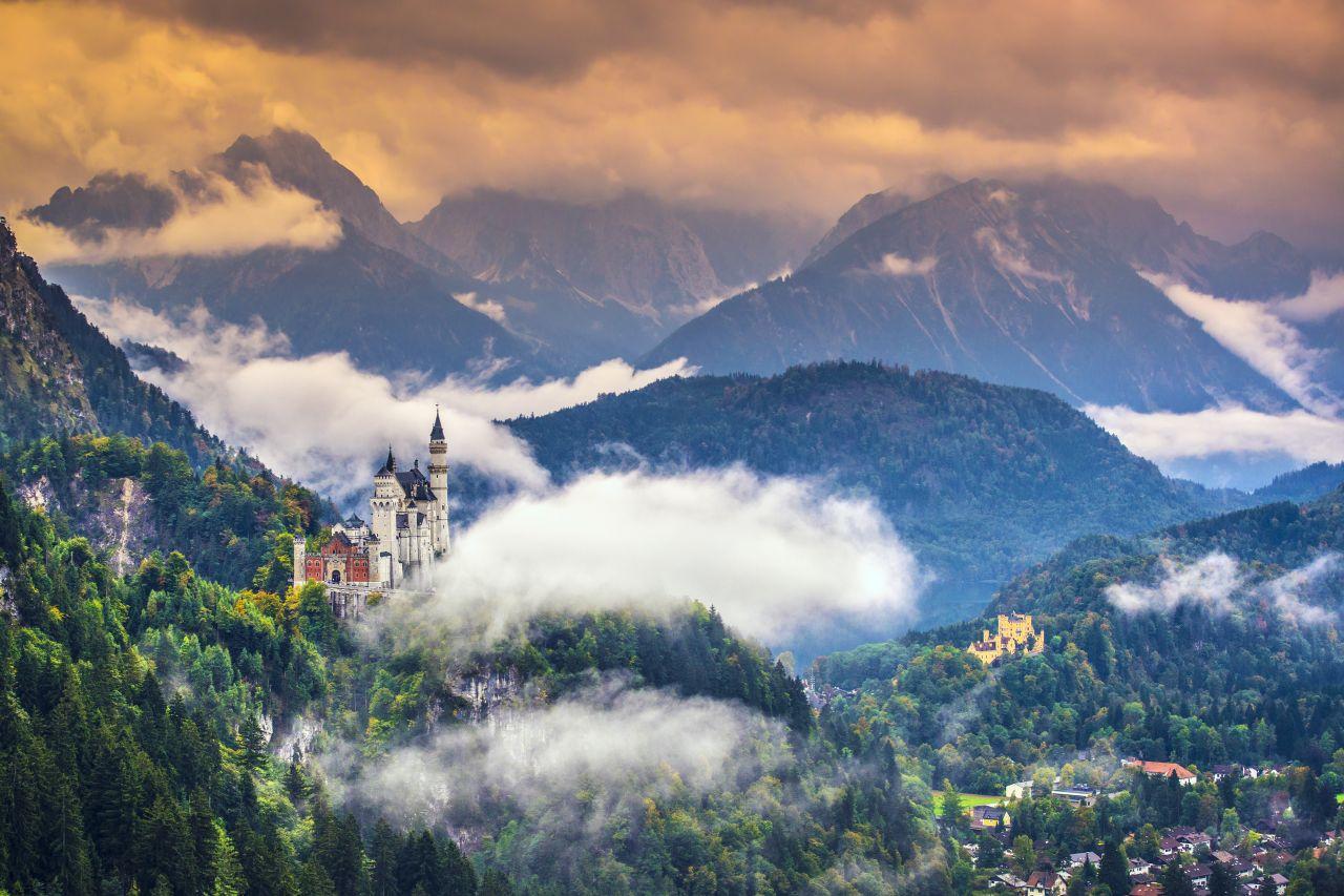 Das Schloss Neuschwanstein thront hoch über der Ortschaft Hohenschwangau bei Füssen.