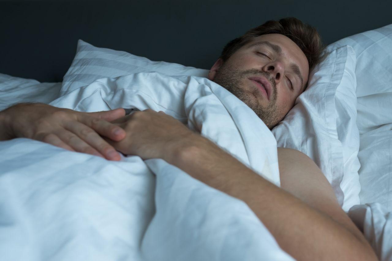 In der REM-Schlafphase schützt uns die Schlafstarre davor, aus dem Bett zu fallen.