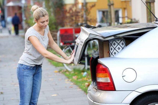 Eine Frau bekommt den Kofferraum nicht mehr zu.