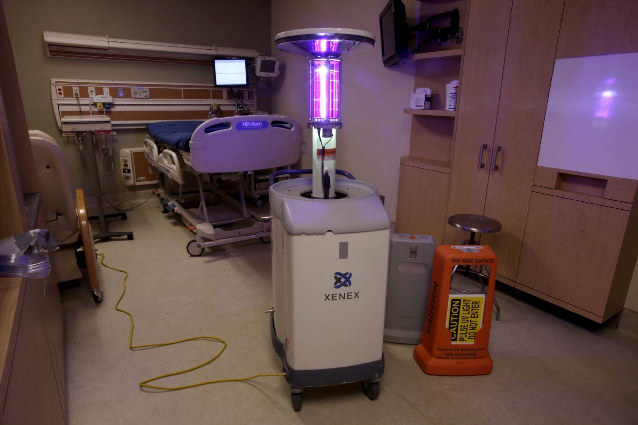 Ein Krankenhauszimmer wird mit UV-Licht desinfiziert.