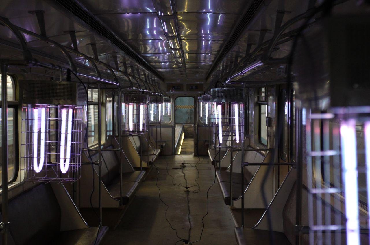 Eine Moskauer U-Bahn wird mit UV-Licht desinfiziert.