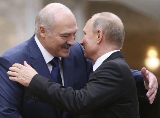 Alexander Lukashenko umarmt Vladimir Putin.