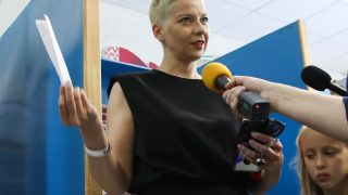 Maria Kolesnikova wird kurz vor ihrer Stimmabgabe interviewt.