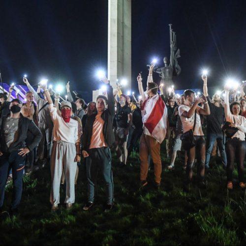 Protestierende nachdem die Wahllokale in Minsk schlossen.