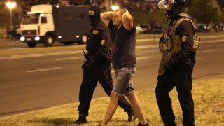Ein Demonstrant wird verhaftet.