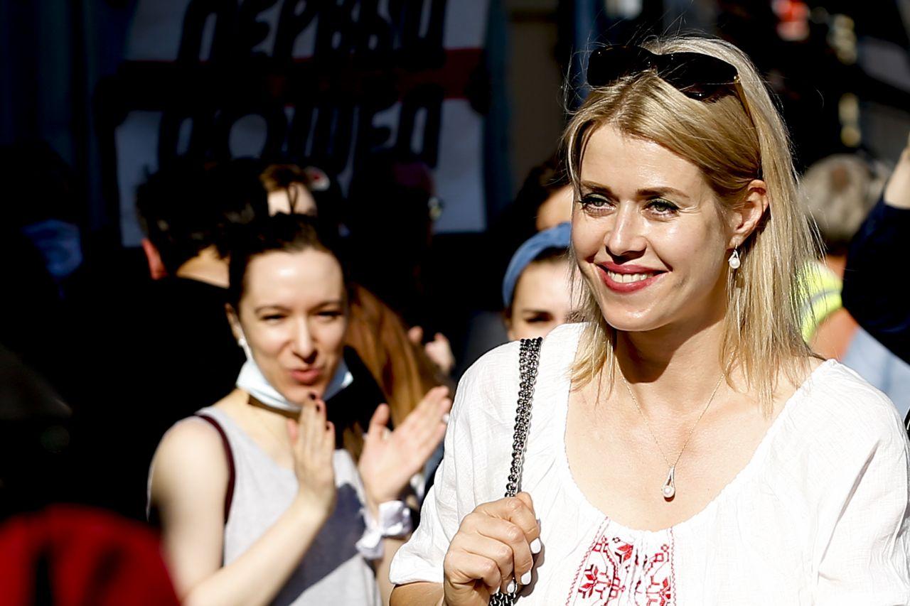 Veronika Tsepkalo wird auf der Straße von Belarussen gefeiert.