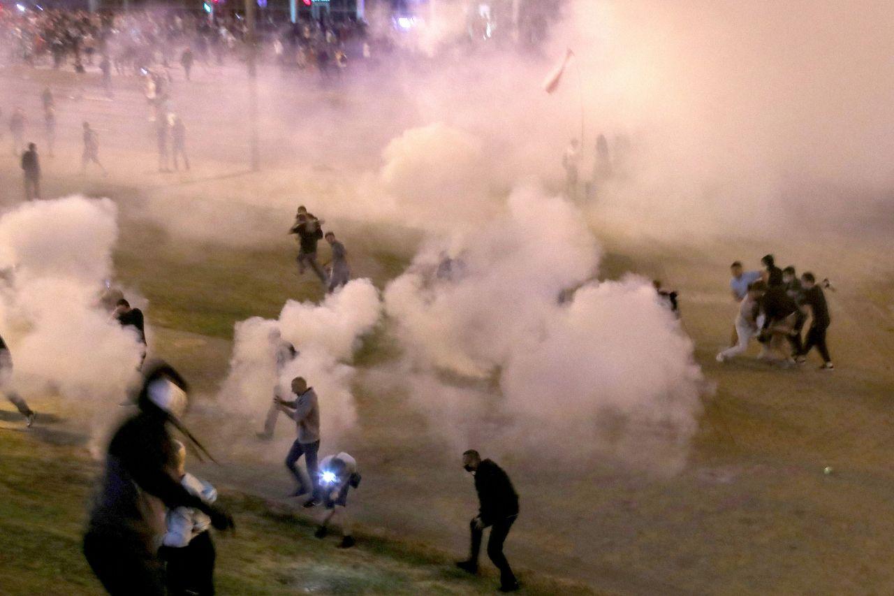 Die Polizei reagiert mit Tränengas und Wasserwerfern. Auch von körperlicher Gewalt wird berichtet.