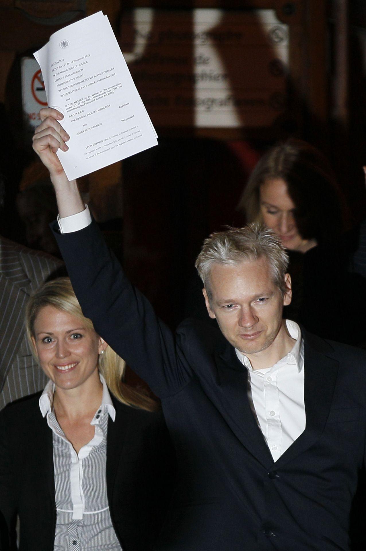 Gründer von WikiLeaks, Julian Assange, veröffentlicht geheime Dokumente.