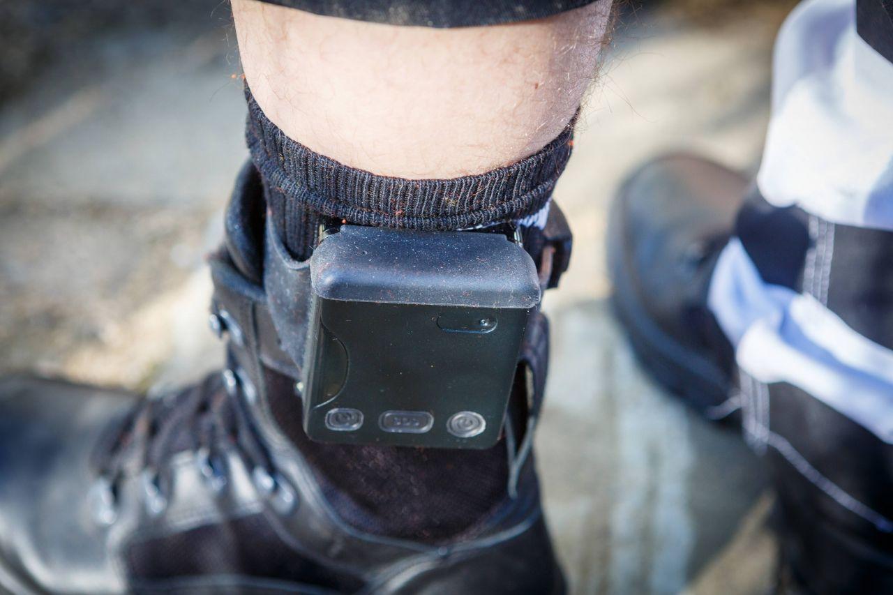 Julian Assange musst später eine elektronische Fußfessel tragen.